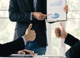 gente de negocios mirando un gráfico foto