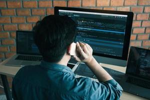 desarrollador de software ocupado en el trabajo