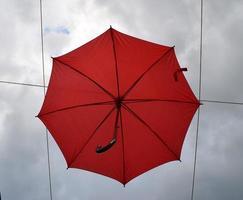 paraguas rojo en el cielo foto