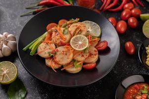 Ensalada vietnamita de salchicha de cerdo con chile, limón, ajo y tomate