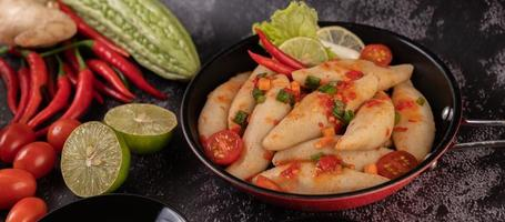 ensalada de carne picante con chile, limón, ajo y tomate foto