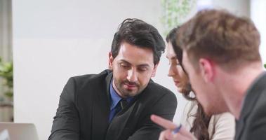 reunião de grupo para discutir o trabalho em equipe no escritório