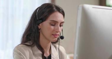 empresária usando fone de ouvido trabalhando no escritório