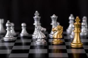 piezas de ajedrez de plata y oro foto