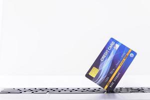 tarjeta de crédito azul en llaves foto