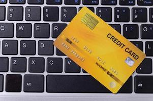 tarjeta de crédito amarilla en llaves foto