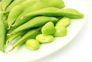 edamame verde en un plato