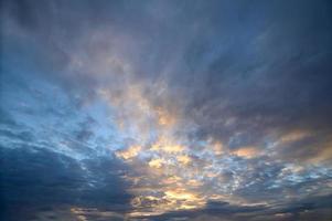 luz dorada en las nubes foto