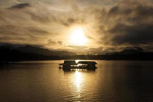 siluetas de rafting en el río