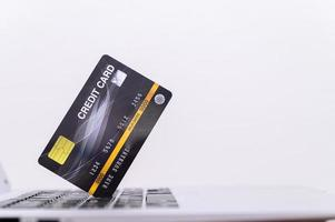 tarjeta de crédito negra en la computadora portátil