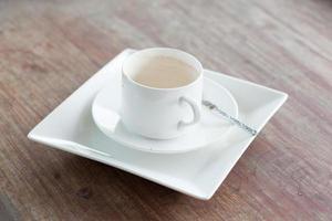 taza de cafe y plato blanco