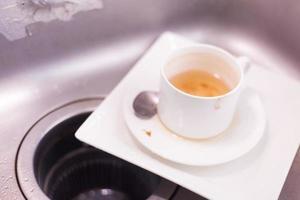 taza de té y plato blanco