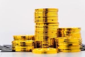 pila de monedas de oro sobre blanco