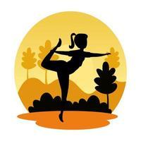 silueta de mujer practicando pilates en el paisaje atardecer escena