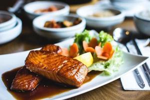 salmón frito coreano con salsa de soja dulce