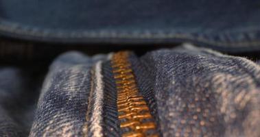 tiro de carro de una cremallera de jeans