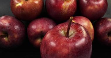pila de manzanas rojas dulces video