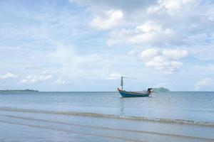 pequeño bote de pesca en la playa foto