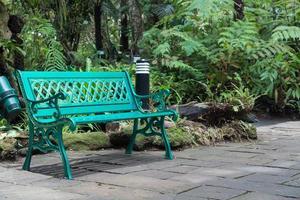 banco verde en el parque