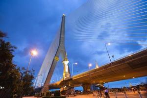 puente rama viii en bangkok por la noche