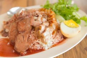 cerdo rojo y arroz foto