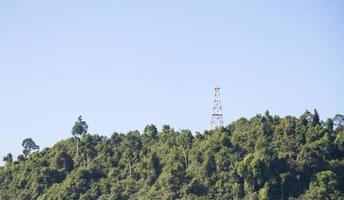 antena de telefono en la colina