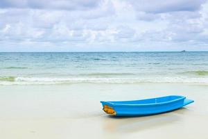 barco azul en la playa