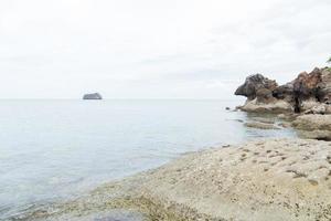 playa rocosa junto al mar en tailandia