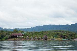 resort en el río