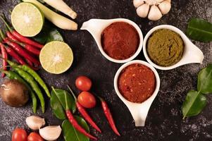 pasta de curry verde y rojo hecha de chile foto