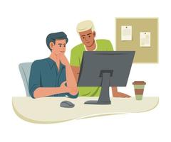los hombres trabajadores miran la computadora en la oficina para colaborar.