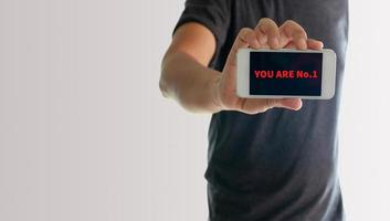 El hombre que muestra el teléfono contigo es el número 1 en la pantalla.