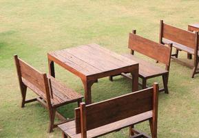 mesas y bancos de madera foto