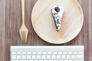 pastel de chocolate y teclado