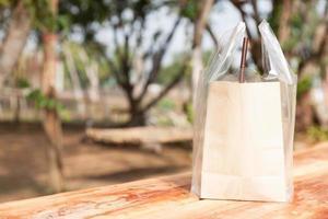 bolsa de papel marrón sobre la mesa