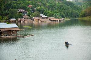 bote en el río foto