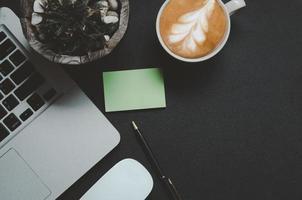vista superior del escritorio con un café con leche foto