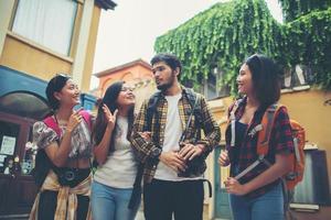 grupo de amigos reunidos en el centro de la ciudad foto