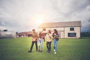 grupo de estudiantes caminando por el parque después de clase foto