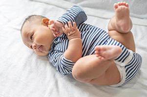 retrato, de, un, bebé, acostado, en, espalda