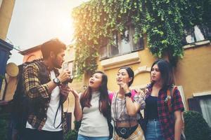 Grupo de amigos felices tomando selfies juntos en una zona urbana. foto