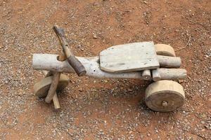 bicicleta de madera afuera