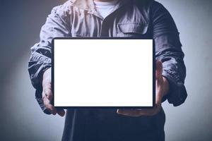 hombre sosteniendo maqueta de pantalla foto