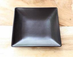plato negro en la mesa