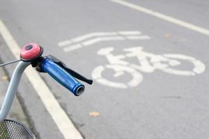 símbolo de la bicicleta en la carretera foto