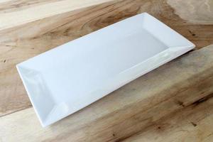 plato blanco en la mesa