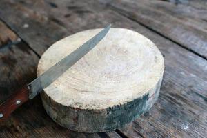 cuchillo en rebanada de madera