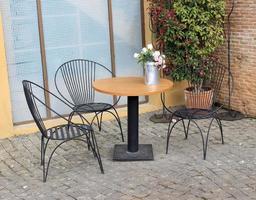 mesa al aire libre con flores