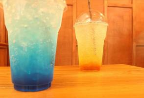 bebidas azules y naranjas
