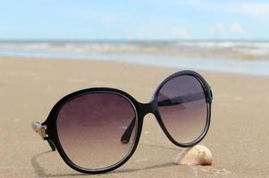 gafas de sol en la playa tropical foto